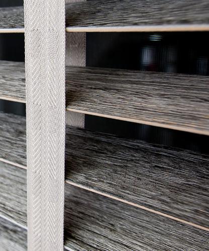 Horizontale jaloezieën in hout vosters textiel close up